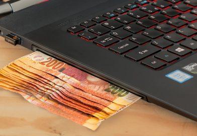 Penge der kommer ud af en computer